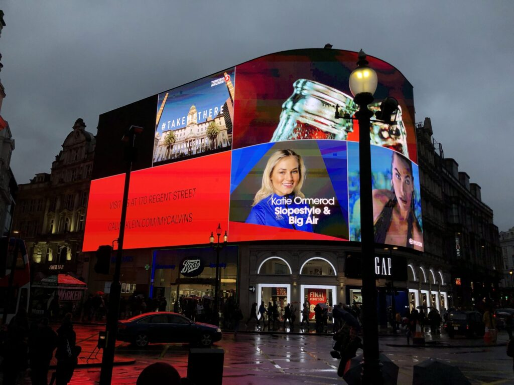 Piccadilly Circus in London, UK, bei Regen
